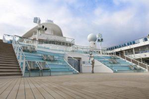 """2ème vue de La Place """" di Spagna """" dans le pont supérieur du bateau Costa Smeralda"""